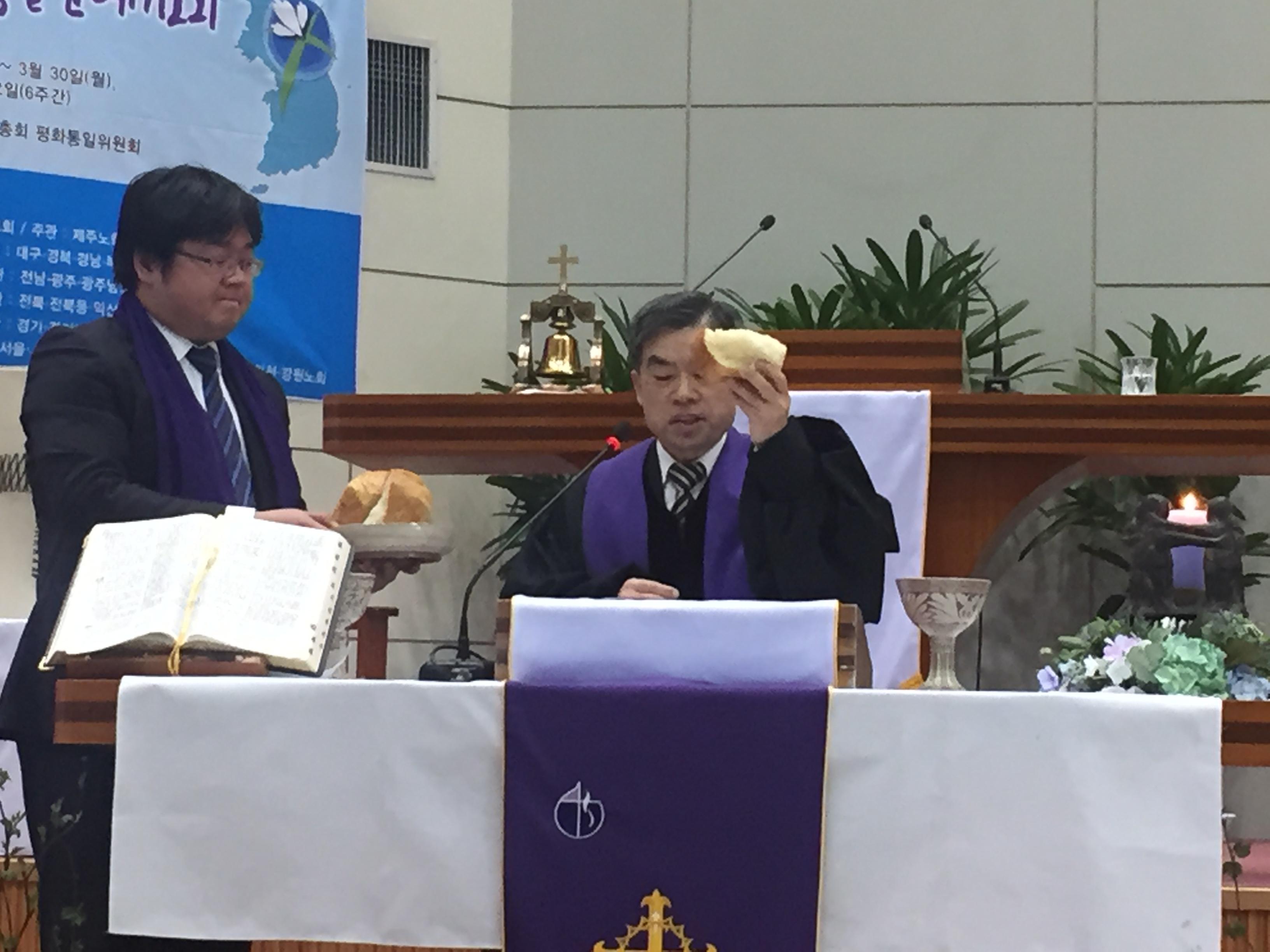 성찬집례-충남노회장 장윤철 목사.JPG