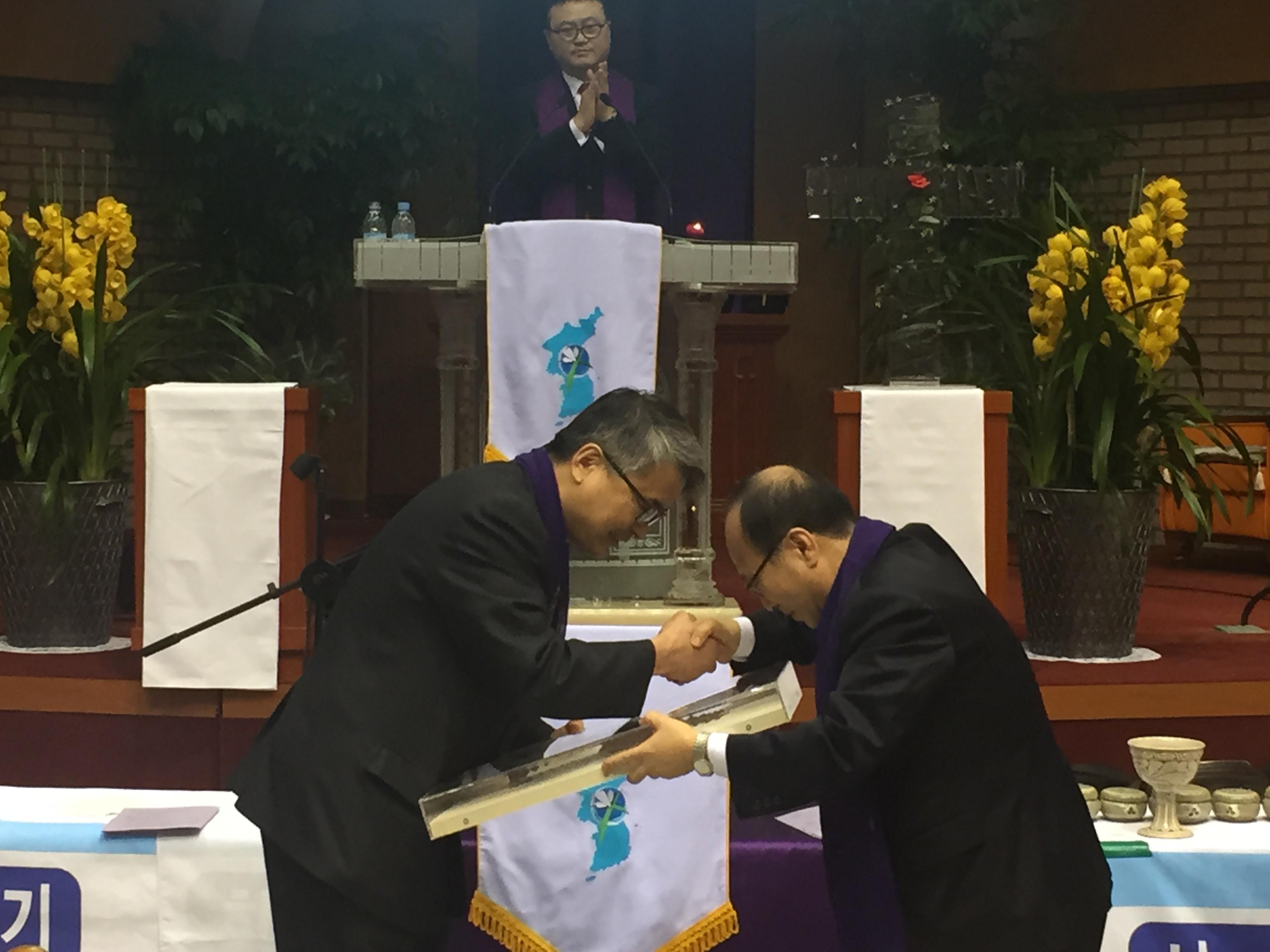 십자가 전달-배태진 목사가 전북동노회장 성광호 목사에게.JPG