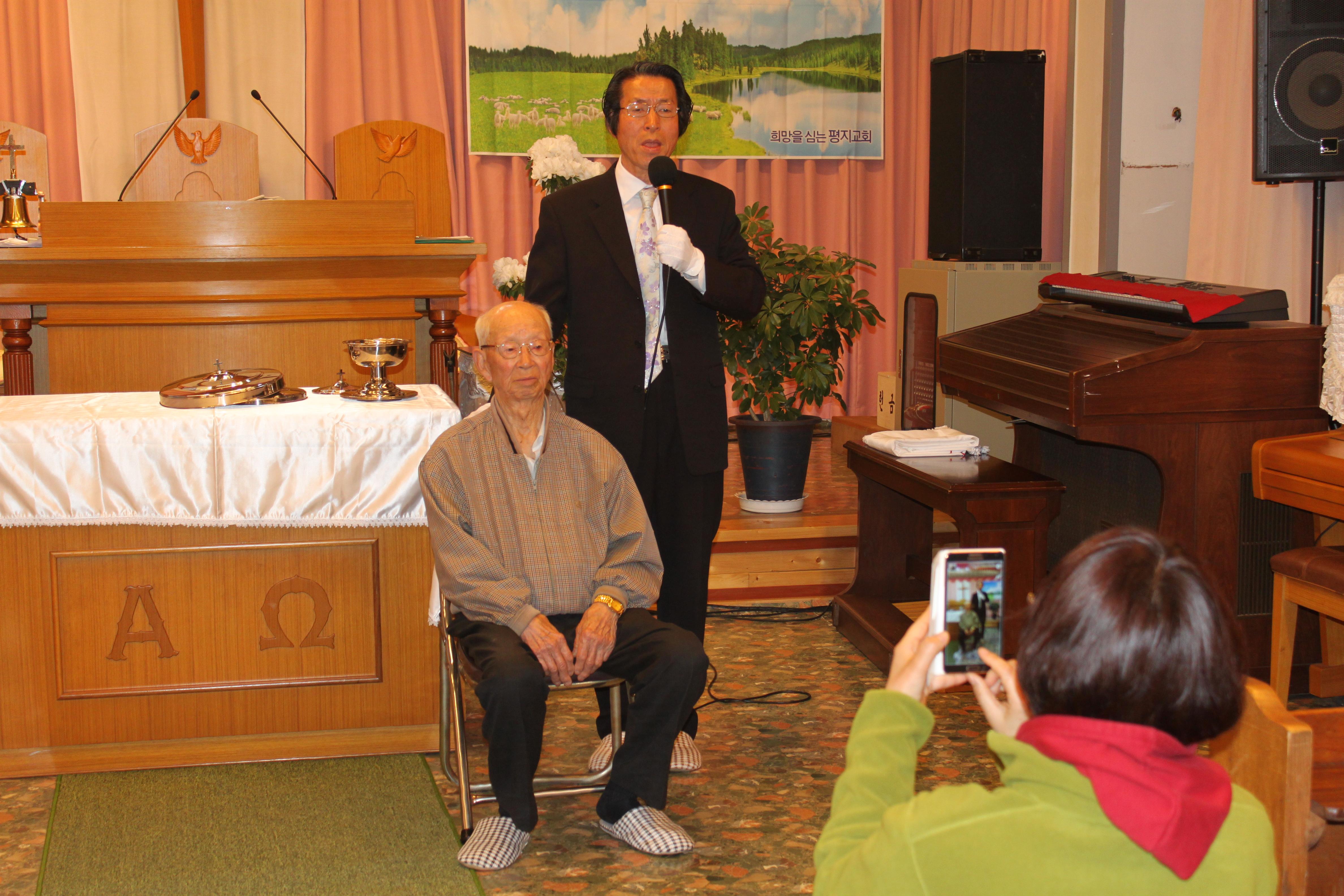 2-2015.04.12. 유재복(93세) 어르신 세례받다.JPG